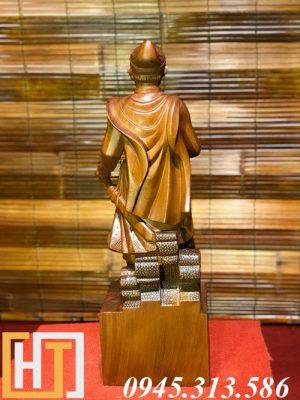 tượng trần quốc tuấn gỗ hương mặt phía sau