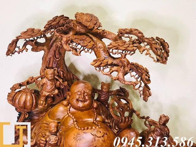 họa tiết phần trên tượng di lặc ngồi gốc tùng