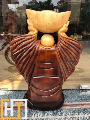 mặt sau tượng thần tài dâng vàng gỗ pơmu